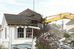koparka wyburza dom