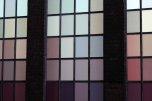 różnokolorowe okno zrobione z prostokątnych szkiełek