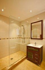 odpływ liniowy w kabinie prysznicowej