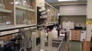 półki w laboratorium