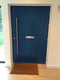 niebieskie drzwi zewnętrzne - nowoczesne