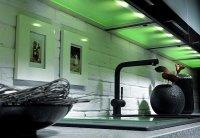 Półka meblowa Solum zapewnia oświetlenie zarówno przestrzeni pod szafką meblową, jak i wnętrza samej szafki