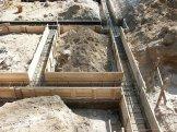 Dopiero, gdy chudy beton stwardnieje, można przystąpić do montowania zbrojenia ze stalowych prętów, najczęściej o przekroju 10 mm.